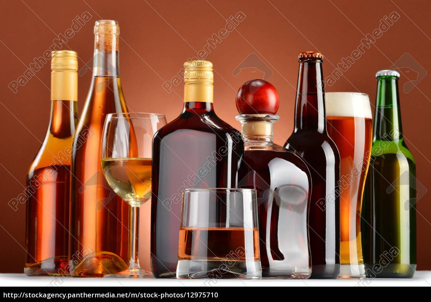 flaschen und gläser sortierte alkoholische getränke - Stock Photo ...