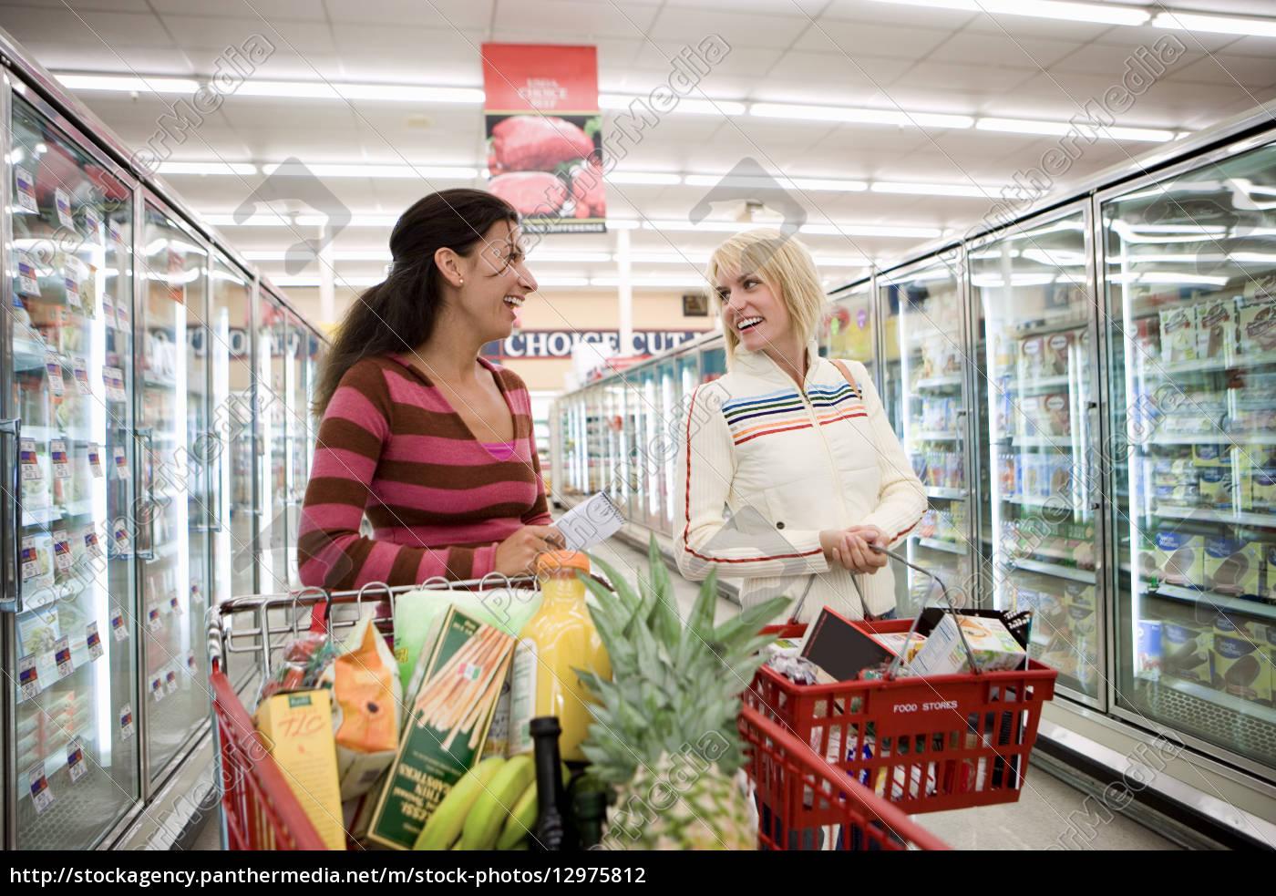 zwei frauen die im supermarkt kaufen stehen neben lizenzfreies foto 12975812 bildagentur. Black Bedroom Furniture Sets. Home Design Ideas