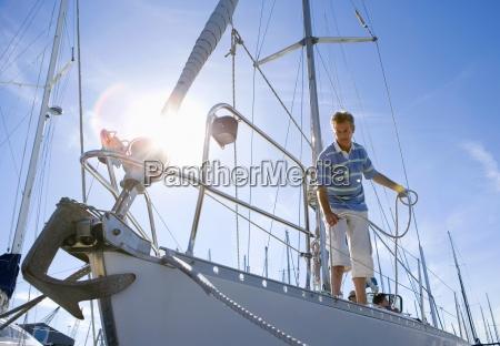 mann stehen auf deck der segelboot