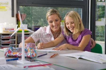 lehrer helfen student studie zu windkraftanlagen
