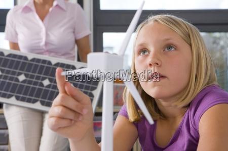neugierig studenten studieren zu windkraftanlagen in