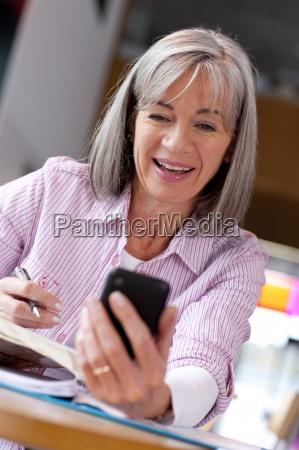 aeltere schueler ueberpruefung von textnachrichten auf