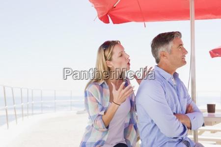 paare die unter regenschirm streiten an