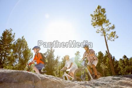 drei generationen der maenner reiten mountainbikes