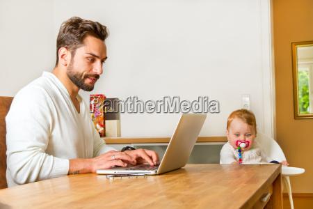 vater arbeitet im zuhause am computer