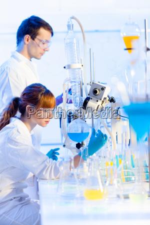 junge chemiker im labor