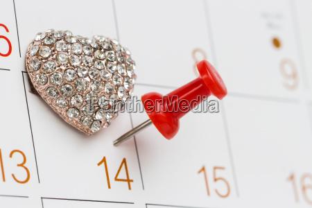 pitch peg auf kalender und liebessymbol