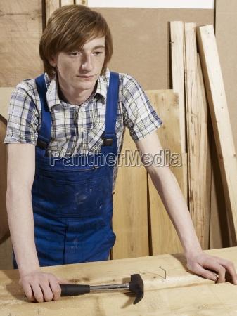 maenner mann werkzeug farbe arbeitsstaette industrie