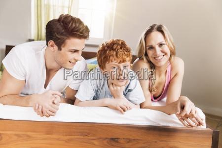 junge familie an seite auf dem