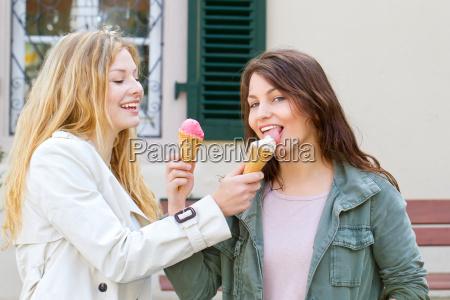 freundinnen beim eis essen