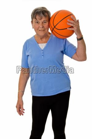 seniorin mit basketball