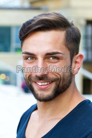 portrait eines jungen mann mit bart