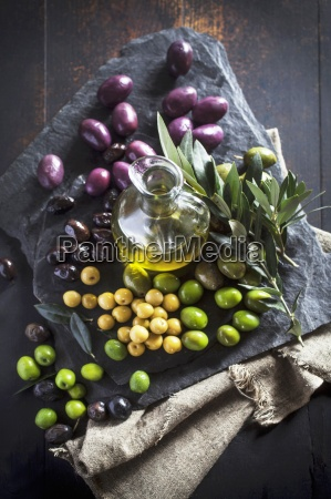 stilleben innen karaffe gemuese inneres olivenoel