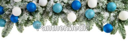 tannenzweige dekoriert mit kuehlen farben