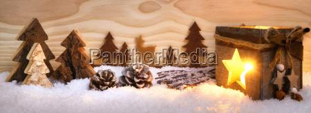 weihnachtliche szene aus holz mit laterne