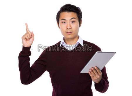 man einsatz tablette und finger nach
