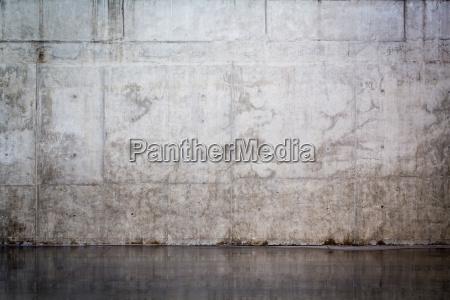 grunge und glatte nackte betonwand fuer