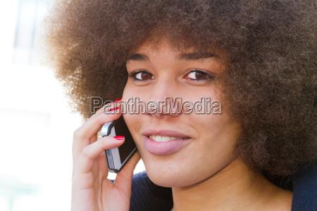 jugendliche beim telefonieren mit dem smartphone