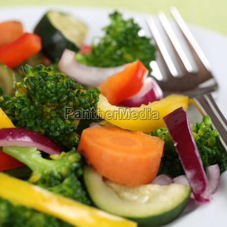 vegetarisch oder vegan essen gemuese teller