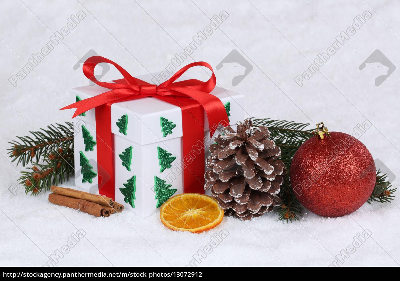 bescherung, geschenk, an, weihnachten, mit, schnee - 13072912