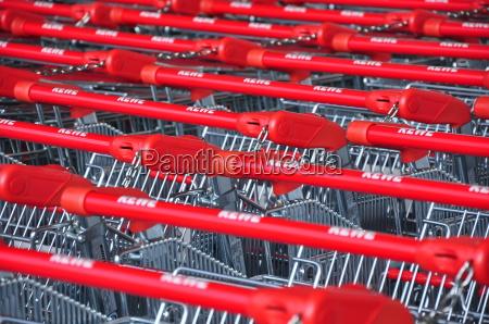 einkaufswagen einkaufen griffe neueroeffnung einkauf einkaufszentrum