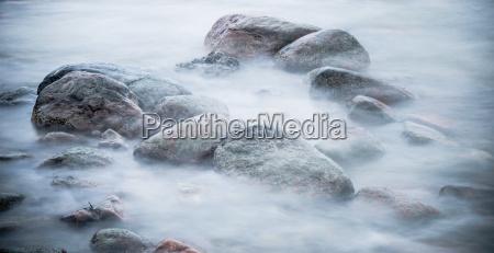 marine steine u200bu200bvon einer welle gewaschen