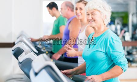 gruppe mit senioren bei laufband fitness