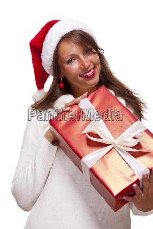 huebsche bruenette frau mit weihnachtsmuetze und