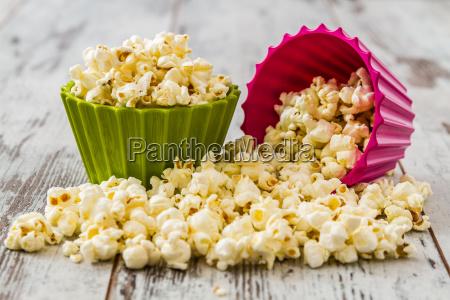 stapel von popcorn in bunten schalen