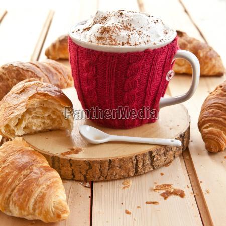 frische croissants und milchkaffee