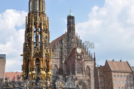 schoener brunnen und frauenkirche in nuernberg