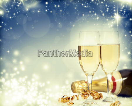 glaeser mit champagner und flasche ueber