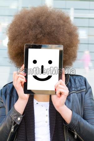 junge frau mit tablet und smiley