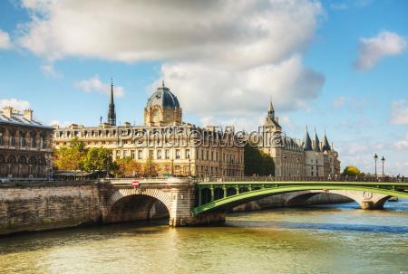 die pfoertnergebaeude in paris frankreich