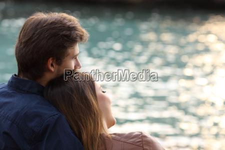 paar umarmt und das meer zu