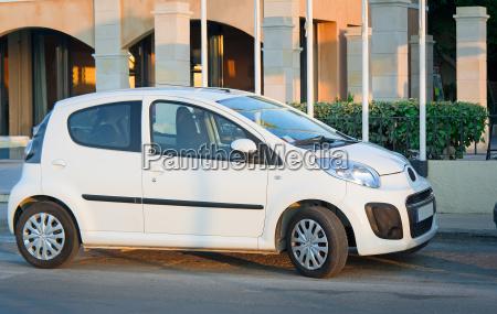 ein kleines auto auf dem parkplatz