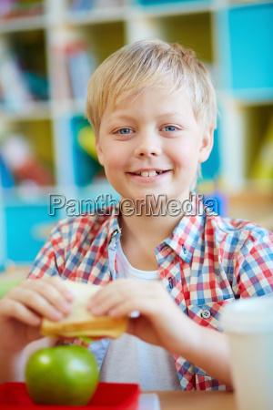 schueler mit sandwich