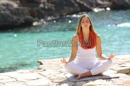 entspanntes maedchen macht yoga uebungen an