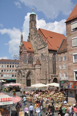 wochenmarkt und frauenkirche in nuernberg