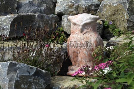 steingarten mit eulenfigur