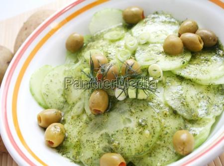 gurkensalat mit oliven