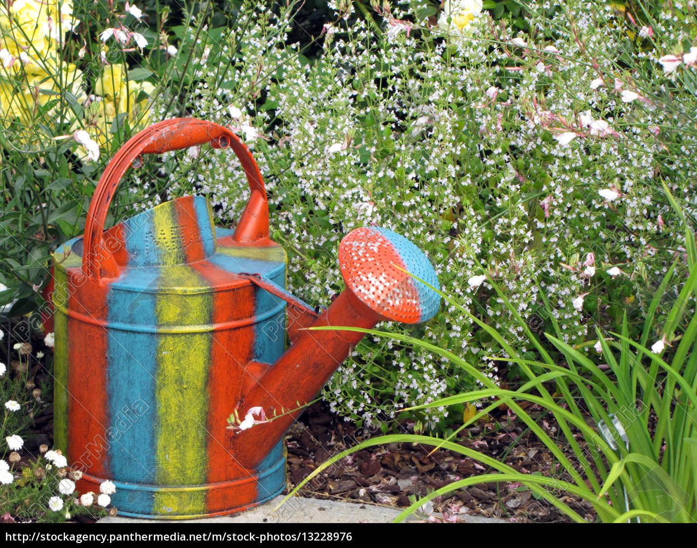 Bunte Giesskanne Im Garten Lizenzfreies Foto 13228976