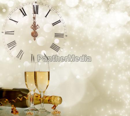 feiertagshintergrund mit funkelnden lichtern und champagner