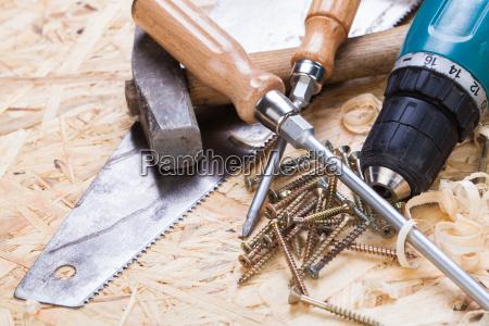 heimwerker werkzeug mit akkuschrauber schraubendreher saege