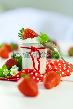 frischer joghurt mit erdbeeren in einem