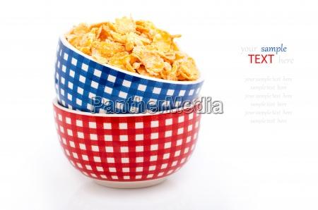 cornflakes in porzellanschale auf weissem hintergrund