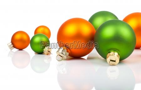 farbigen weihnachtsschmuck orange und gruen
