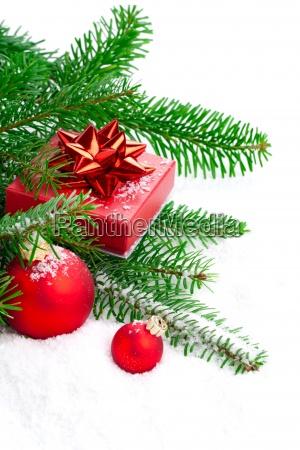 rote christmas ball mit tannenzweig geschenk