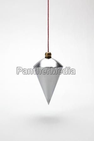plomada vertical sobre fondo blanco