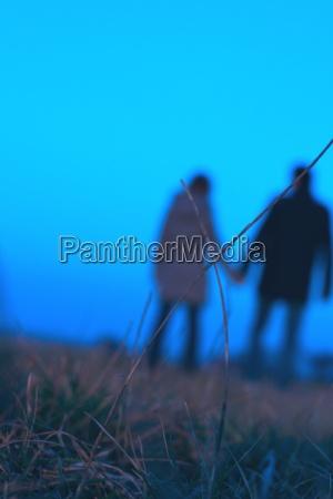 partner paar mann frau blau spazieren